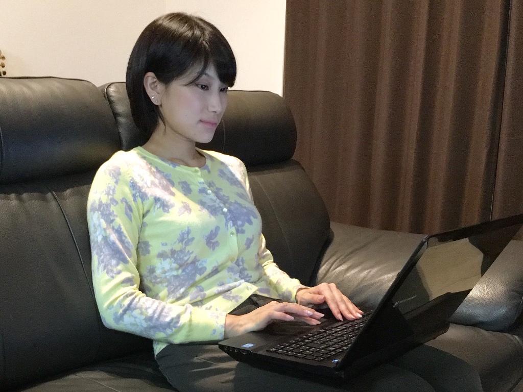自宅で仕事をする 杉山夕紀さん