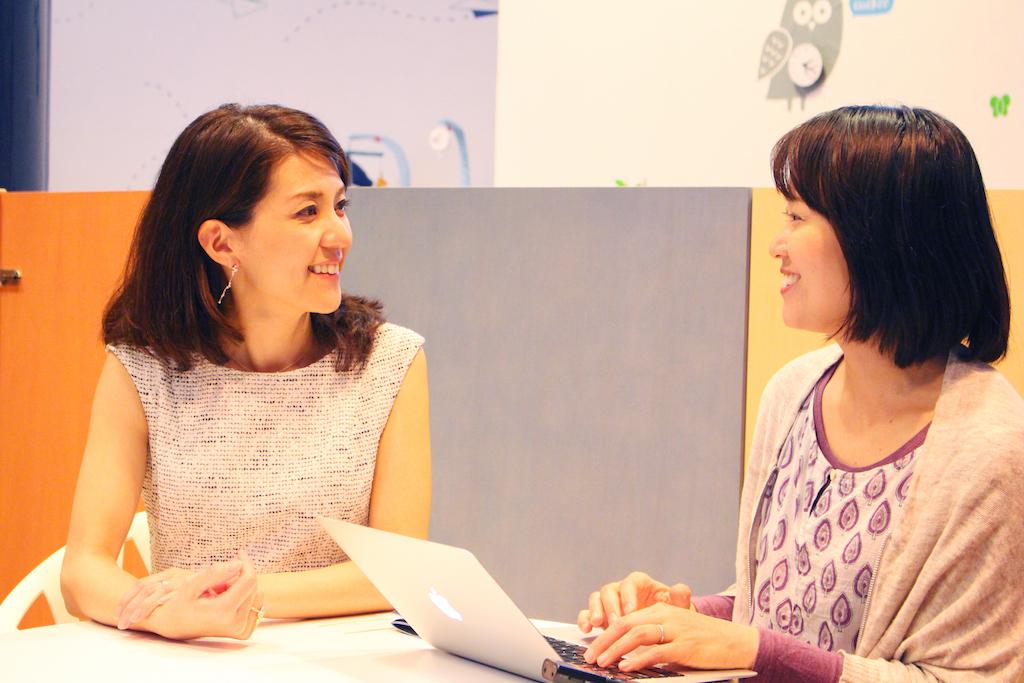 「くらしと仕事」やつづか編集長より高田麻衣子さんへのインタビューの様子